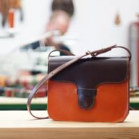Colores para el otoño!  Una de nuestras combinaciones preferidas es naranja con marrón tabaco. El modelo se llama Teo, a ver si os gusta :-)  #tallerpuntera #spanishleather #madrid #leather #artesania #artsandcrafts #artesanal #artesyoficios #hechoamano #handmade #handicraft #hechoamanoconamor #cuero #artesanos #leathercraft #leatherbag #leatherbackpack #leathergoods