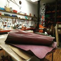 Hoy hemos recibido pieles desde Villarramiel y hemos terminado nuestro encargó para Londres. Siempre, con todas las precauciones, intentaremos mantener viva nuestra ciudad y seguir apoyando a quien esté en nuestra mano hacerlo.  #tallerpuntera #spanishleather #madrid #leather #artesania #artsandcrafts #artesanal #artesyoficios #hechoamano #handmade #handicraft #hechoamanoconamor #cuero #artesanos #leathercraft #leatherbag #leatherbackpack #leathergoods