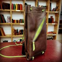 Y un clásico del taller, también mochila. El talego, recién salido en una bonita combinación. Productos frescos.   tallerpuntera #spanishleather #madrid #leather #artesanía  #artsandcrafts #artesanal #artesyoficios #hechoamano #handmade #handicraft #hechoamanoconamor #cuero #artesanos #leathercraft #leatherbag #leatherbackpack #leathergoods